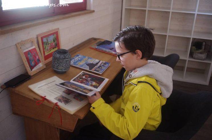 Pause lecture dans le salon
